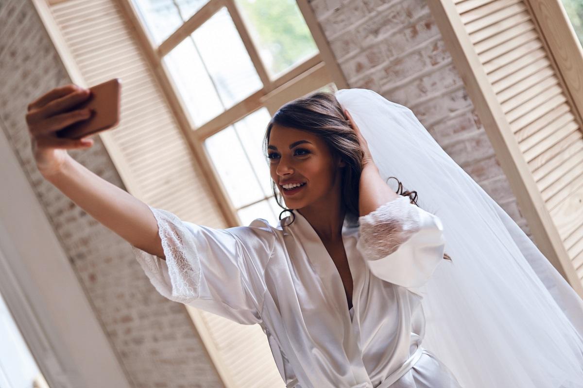 sposa fa selfie per il suo wedding site